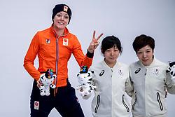 14-02-2018 KOR: Olympic Games day 5, PyeongChang<br /> Jorien ter Mors (L) op het podium in de Gangneung Oval na haar rit op de 1000 meter op de Olympische Winterspelen van Pyeongchang. Links zilveren medaille-winnares Nao Kodaira en rechts Miho Takagi die derde werd