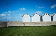 Kleine strandhuisjes bij het strand van Pourville-sur-mer, Frankrijk - Small beach houses at the beach near Pourville-sur-mer, France