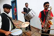 Mariana_MG, 08 de Marco de 2011...CARNAVAL 2011 - BLOCONECO DO CATIN ..Banda Navegante do bloconeco do catin.Esse ano o bloco trouxe o boneco do ex presidente Lula que se apresentou jogando capoeira...FOTO: MARCUS DESIMONI / NITRO.