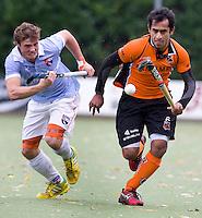 EINDHOVEN - HOCKEY - Duel tussen Rashid Mehmood (r) van OZ en Roel Bovendeert van Bloemendaal tijdens de hoofdklasse hockeywedstrijd tussen de mannen van Oranje-Zwart en Bloemendaal (3-3). FOTO KOEN SUYK