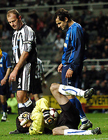 Fotball<br /> UEFA Cup 2004/2005<br /> Foto: BPI/Digitalsport<br /> NORWAY ONLY<br /> 04.11.2004<br /> <br /> Newcastle v Dinamo Tblisi<br /> <br /> Alan Shearer looks ruefully on as Tblisi goalkeeper Zurab Mamaladze clutches his face after a challenge from the Newcastle captain