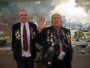 """Der 85 jährige ukrainische 2. Weltkriegs Veteran Ivan Dmitrievich Dunayev (rechts) mit einem befreundeten Vetranen vor einem drei dimensionalen Diorama welches die Schlacht um den Reichstag in Berlin während des 2. Weltkriegs darstellt. Dunayev erreichte Berlin kurz vor der deutschen Kapitulation am 2. Mai 1945. Die beiden Veteranen sind zur Siegesparade (9.Mai 2008) nach Moskau angereist. Fotografiert im Museum des Großen Vaterländischen Krieges in Moskau. Das Museum befindet sich auf dem Berg """"Poklonnaja Gora"""".<br /> <br /> The 85 years old Ukrainian WW II veteran Ivan Dmitrievich Dunayev (right) with a friend infront of a three-dimensional model (diorama) showing the battle at the Berlin Reichstag 1945. Dunayev arrived at the 2nd of May 1945 to Berlin - a few days before Germany surrendered. Photographed at the Museum of the Great Patriotic War in Moscow at Poklonnaya Gora (Bowing Hill). Both WW II veterans travelled for the Victory Parade (09.05.2008) to Moscow."""