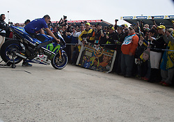 16.05.2015, Circuit, Le Mans, FRA, MotoGP, Grand Prix von Frankreich, Qualifying, im Bild 46 Valentino Rossi (ITA) seine Fans im Pit Walk // during the Qualifying for MotoGP Monster Energy France Grand Prix at the Circuit in Le Mans, France on 2015/05/16. EXPA Pictures © 2015, PhotoCredit: EXPA/ Eibner-Pressefoto/ Stiefel<br /> <br /> *****ATTENTION - OUT of GER*****