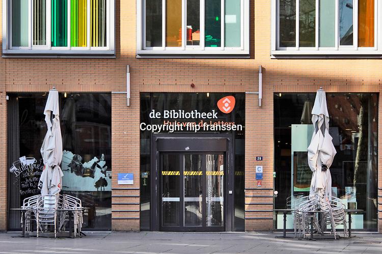 Nederland, Nijmegen, 23-4-2020 De binnenstad van Nijmegen is zo goed als leeg . Het is duidelijk rustiger en stiller in de straten, winkelstraten van het centrum in de stad . Mensen blijven thuis om zo min mogelijk risico te nemen ivm het corona virus . De openbare bibliotheek, bieb, en terrassen zijn gesloten . Foto: Flip Franssen