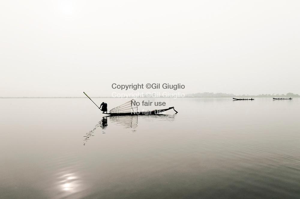 Myanmar, état shan, Lac Inlé , pêcheurs ethnie Intha// Myanmar, Shan state, Inle lac, Intha fisherman ethnic group