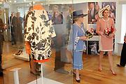 Beatrix opent tentoonstelling Máxima, 10 jaar in Nederland.//<br /> Queen Beatrix opens the exibition Maxima 10 years in the Netherlands<br /> <br /> Op de foto:<br /> <br />  Koningin Beatrix en prinses Maxima bekijken zaterdag de tentoonstelling 'Maxima, 10 jaar in Nederland' op Paleis Het Loo in Apeldoorn. De tentoonstelling is geheel gewijd aan het populairste lid van het Nederlandse koningshuis: prinses Máxima. ////Queen Beatrix and Princess Maxima Saturday's exhibition 'Maxima, 10 years in the Netherlands' at Het Loo Palace in Apeldoorn. The exhibition is dedicated to the most popular member of the Dutch royal family: Princess Máxima.