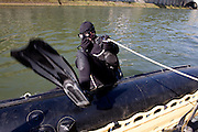 Paris, France. 30 Avril 2009..Brigade Fluviale de Paris..10h34 En entrainement de plongee (pendant une heure environ)...Paris, France. April 30th 2009..Paris fluvial squad..10:34 am Scuba diving training (about an hour).