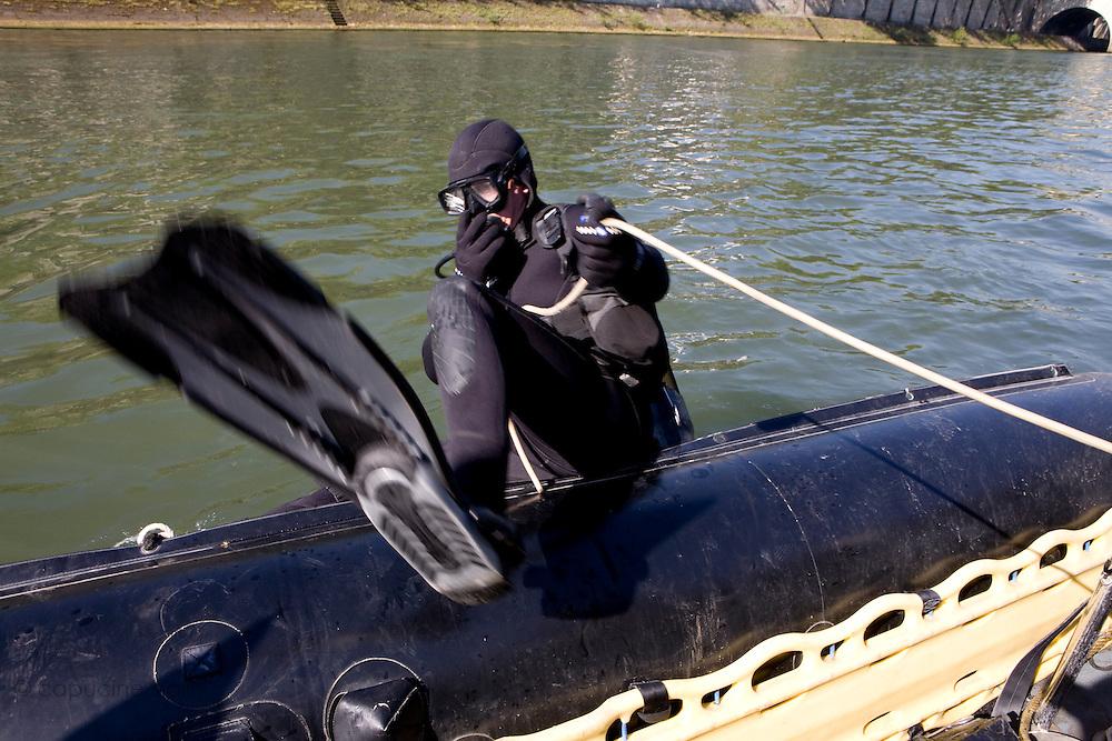 Paris, France. 30 Avril 2009..Brigade Fluviale de Paris..10h34 En entrainement de plongee (pendant une heure environ)...Paris, France. April 30th 2009..Paris fluvial squad..10:34 am Scuba diving training (about an hour).