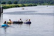 Nedeland, Laag-Keppel, 10-8-2020  Inn de oude ijssel hebben jongeren waterpret . Sommigen zitten in een rubberbootje, anderen zwemmen in het water . Er heerst een hittegolf en het is erg warm dus zoeken veel mensen verkoeling aan de waterkant .Foto: ANP/ Hollandse Hoogte/ Flip Franssen