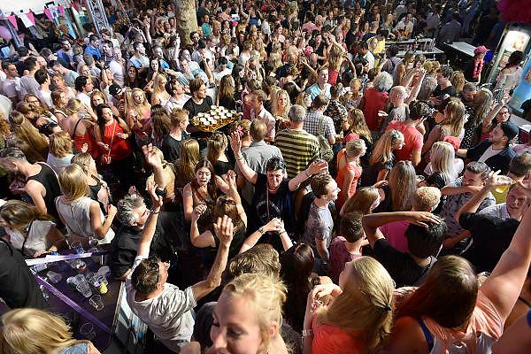 Nederland, Nijmegen, 16-7-2014 Recreatie, ontspanning, cultuur, dans, theater en muziek in de binnenstad tijdens de zomerfeesten. Hier op het volle Koningsplein waar de band Beethoven optrad. Een van de tientallen feestlocaties in de stad. Onlosmakelijk met de vierdaagse, 4daagse, zijn in Nijmegen de vierdaagse feesten, de zomerfeesten. talrijke podia staat een keur aan artiesten, voor elk wat wils. Een week lang elke avond komen tegen de honderdduizend bezoekers naar de stad. De politie heeft inmiddels grote ervaring met het spreiden van de mensen, het zgn. crowd control.De vierdaagsefeesten zijn het grootste evenement van Nederland en verbonden met de wandelvierdaagse.Foto: Flip Franssen/Hollandse Hoogte