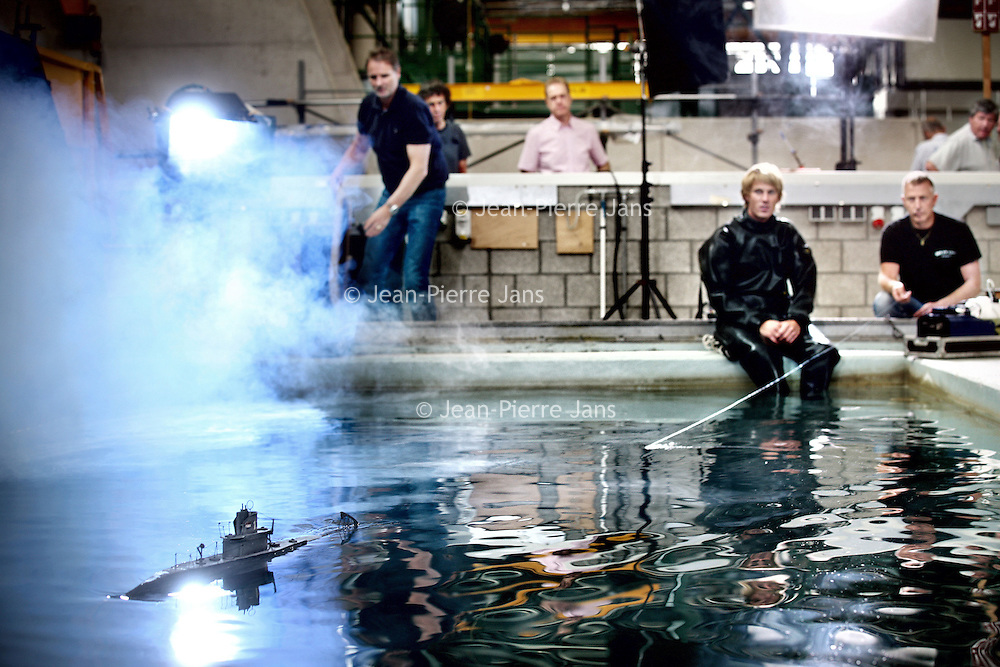 Nederland, Den Helder , 7 september 2012..documentairemaker Wilco Pleging gaat  in een marinebassin in Den Helder aan de slag met een model van de in 1940 gezonken onderzeeboot O-13.(documentairemaker staat niet op de foto!).Er liggen nog steeds ruim 30 Nederlanders op de bodem van de Noordzee. In Den Helder leven nog veel nabestaanden. Voor hen is de hele zoektocht zeer emotioneel...Foto:Jean-Pierre Jans