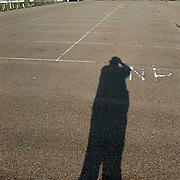 Parkeerterrein Sv Huizen, schaduw van de fotograaf