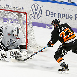 v.l. Niklas Treutle (Nuernberg, 31) gegen Gerrit Fauser (Wolfsburg, 23), Parade, haelt den Puck, faengt den Puck, pariert beim Spiel in der DEL, Grizzlys Wolfsburg (dunkel) - Nuernberg Ice Tigers (hell).<br /> <br /> Foto © PIX-Sportfotos *** Foto ist honorarpflichtig! *** Auf Anfrage in hoeherer Qualitaet/Aufloesung. Belegexemplar erbeten. Veroeffentlichung ausschliesslich fuer journalistisch-publizistische Zwecke. For editorial use only.