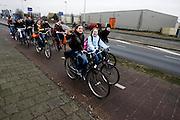 Een groep scholieren fietst over de Heekweg in Helmond naar huis.