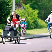 NLD/Laren/20110521 - Tom Coronel, partner Paulien Zwart en kinderen Carmen en Rocco op de fiets in Laren
