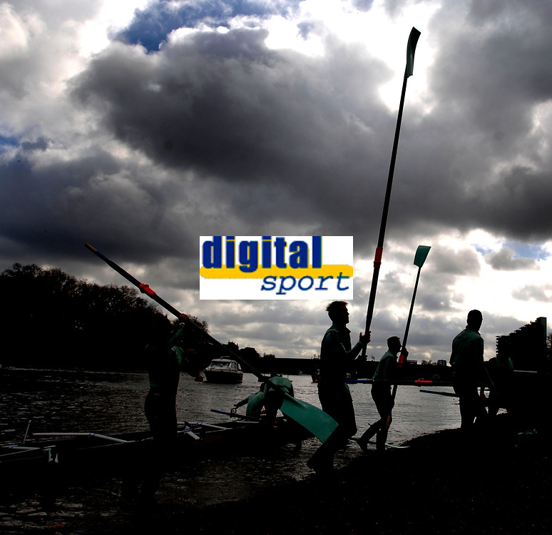Photo: Daniel Hambury.<br />Varsity Boat Race Preview Day. 29/03/2006.<br />Cambridge bring their oars in after practise.