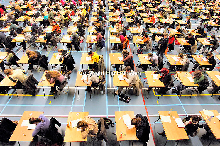 Nederland, Nijmegen, 4-10-2006In Nijmegen deden studenten geneeskunde massaal een tentamen, voortgangstoets. Hier in de Jan Massinkhal zaten er ruim 600.Foto: Flip Franssen