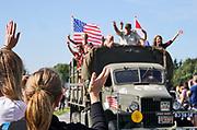 Nederland, Nijmegen, 22-9-2019Historische militaire legervoertuigen komen als colonne door Grave tot Nijmegen. Zij rijden de route die de Engelsen aflegden tijdens operatie Market Garden in 1944. Hell's Highway. Het is 75 jaar geleden dat operatie Market Garden plaats vond. Om dit te herdenken vinden er veel evenementen plaats. Herdenking van operatie marketgarden in september 1944. 2e wereldoorlog, legervoertuigen, keep them roling, .Market Garden luidde de bevrijding in van Zuid Nederland. Het veroveren van alle bruggen mislukte. Hell's Highway. 75e jaarFOTO: FLIP FRANSSEN