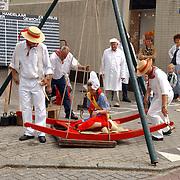 NLD/Weesp/20050702 -Herengracht Weesp, ouderwetse Edammer kaasmarkt, meisje word gewogen op kaaswaag