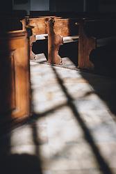 THEMENBILD - Sonnenstrahlen fallen auf verlassene Gebetsbänke in der Kirche der Marktgemeinde während der Corona Pandemie, aufgenommen am 17. April 2019 in Hallstatt, Österreich // Sunbeams light up the abandoned prayer benches in the church of the village during the Corona Pandemic in Hallstatt, Austria on 2020/04/17. EXPA Pictures © 2020, PhotoCredit: EXPA/ JFK