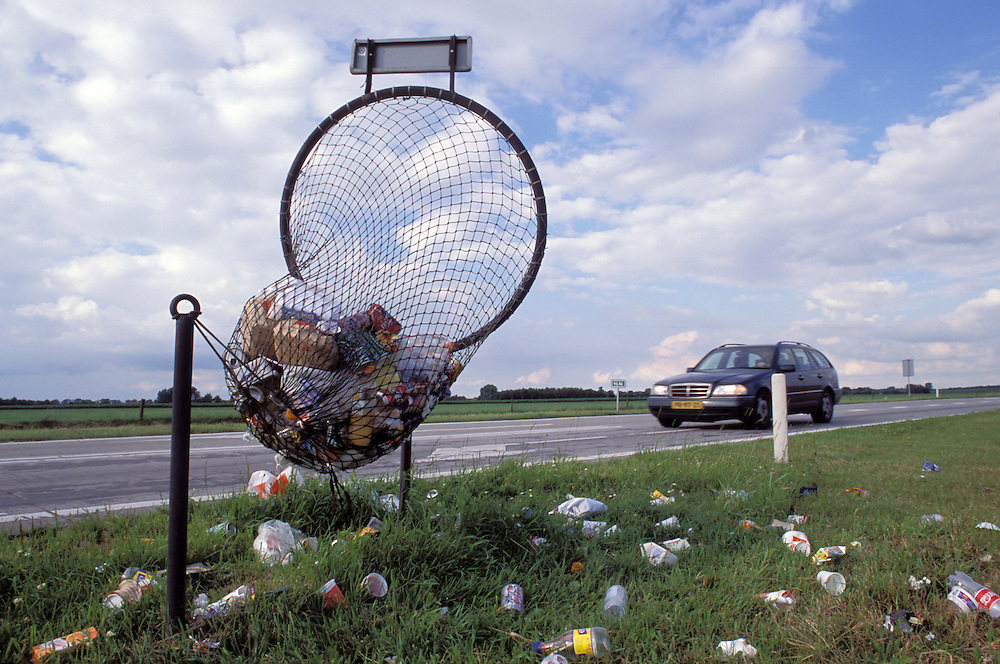 1999.blikvanger. vangnet waarin automobilisten hun afval kunnen gooien...Foto (c) Michiel Wijnbergh