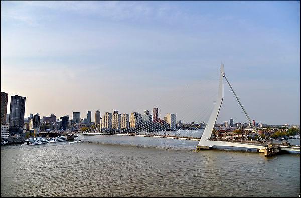 Nederland, Netherlands, Rotterdam, 2-5-2015Zicht vanaf de kop van Zuid, met de erasmusbrug en hoogbouw. District Kop van Zuid with erasmusbridge and high-rise buildings. FOTO: FLIP FRANSSEN/ HOLLANDSE HOOGTE