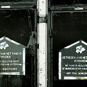 Nederland Rotterdam 2 december 2003 20031203.Bord betreden van het pand is verboden.Pand afgesloten in opdracht van de burgemeester van Rotterdam om te vooorkomen dat junks verslaafden en daklozen het pand in gebruik nemen kraken.Foto David Rozing/