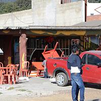OCOYOACAC, Mexico.- Comerciantes establecidos en la carretera México-Toluca, en el tramo del kilómetro 43, señalaron que con esta desviación asía la nueva autopista, tendrán una perdida en sus negocios de más del 50% durante los tres meses. Agencia MVT. José Hernández.