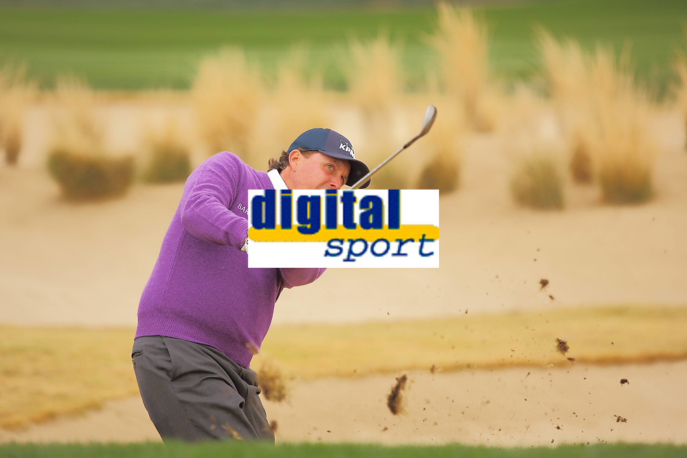 Golf<br /> Foto: imago/Digitalsport<br /> NORWAY ONLY<br /> <br /> January 31, 2014: Phil Mickelson (Rancho Santa Fe, CA) hits from the rough during second round action of the Waste Management Phoenix Open at the TPC Stadium golf course in Scottsdale Arizona.