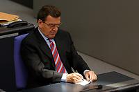 09 SEP 2003, BERLIN/GERMANY:<br /> Gerhard Schroeder, SPD, Bundeskanzler, schreibt eine Notiz, in einem Sonnenstrahl, Bundestagsdebatte zum Haushaltsgesetz 2004, Plenum, Deutscher Bundestag<br /> IMAGE: 20030909-01-037<br /> KEYWORDS: Gerhard Schröder, Sonne, schreiben