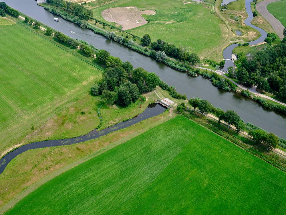 Nederland, Overijssel, Gemeente Almelo; 21–06-2020;  Bornerbroek, zijtak Almelo van het Twentekanaal. Kruising met De Doorbraak, nieuw aangelegde beek. De nieuwe waterloop deels de Bornerbroekse Waterleiding, fungeert als opvang van water en afvoermogelijkheid bij extreme regenval. <br /> Bornerbroek, Almelo branch of the Twente Canal. Crossing with De Doorbraak, a newly constructed brook. The new watercourse, partly called the Bornerbroekse Waterleiding, functions as a collection of water and a drainage facility in case of extreme rainfall.<br /> <br /> luchtfoto (toeslag op standaard tarieven);<br /> aerial photo (additional fee required)<br /> copyright © 2020 foto/photo Siebe Swart