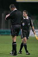 Fotball<br /> Nederland<br /> 16.10.2004<br /> Foto: ProShots/Digitalsport<br /> NORWAY ONLY<br /> <br /> ado den haag  - psv<br /> rene temming staakt de weddstrijd en controleert het tijdstip<br /> <br /> PSV Eindhoven ledet 2-0 med ti minutter igjen å spille da dommeren valgte å avbryte bortekampen mot Den Haag lørdag kveld. <br /> <br /> Ti minutter før slutt hadde dommer Rene Temmink fått nok av den antisemittiske sjikanen fra fansen til Den Haag, og han valgte å avbryte kampen.