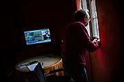 Los programas sobre el coronavirus con las últimas novedades y cifras con nuevo récord de contagios por COVID-19, acaparan los momentos de televisión, mientras José (84) pasa las horas en su habitación de Minas del Castillo de las Guardas (Sevilla) a 31 de Marzo de 2020.