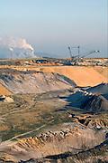 Duitsland, Grevenbroich, 31-1-2009 De bruinkoolcentrales van Frimmersdorf en Grevenbroich worden gestookt met bruinkool die in de open bruinkoolmijn Garzweiler wordt gewonnen. De mijn en centrales zijn eigendom van energiemaatschappij RWE. De graafmachine is gebouwd door staalbedrijf Krupp en elektronicabedrijf Siemens.Foto: Flip Franssen/Hollandse Hoogte