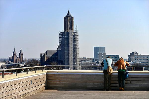 Nederland, Arnhem, 13-3-2014Het gebouw De Rozet in het centrum van de stad.Verschillende culturele en educatieve instellingen zijn hierin gevestigd zoals de Openbare Bibliotheek, Kunstbedrijf Arnhem, de Volksuniversiteit en To Art Kunstuitleen. Ontwerp van Neutelings Riedijk Architecten. In het interieur veel vitrines, en lichtbakken die de identiteit en geschiedenis van de stad laten zien. Vanaf het dak heb je een mooi uitzicht over de stad en het kunstwerk het Aardvarken.Foto: Flip Franssen/Hollandse Hoogte