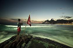 """Garoto pesca ao cair do sol na Pedra do Arpoador, no Rio de Janeiro. O nome do local provém do fato de ser possível, no passado, arpoarem-se baleias nas proximidades da costa. Na região do Arpoador encontra-se o parque """"Garota de Ipanema"""", que leva o nome da famosa música de Vinícius de Moraes e Tom Jobim. Além de ponto de recreação e lazer, o parque também serve de palco para apresentações de artistas conhecidos. FOTO: Jefferson Bernardes/ Agência Preview"""
