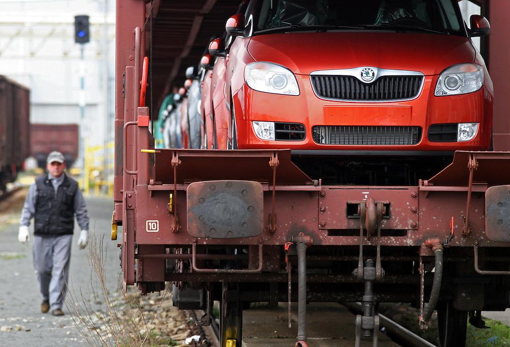 Mlada Boleslav/Tschechische Republik, Tschechien, CZE, 19.03.07: Das neue Modell des Skoda Fabia wird auf dem Werksgelände der Skoda Auto Fabrik in Mlada Boleslav für die Auslieferung per Schiene auf einen Autozug geladen. Der tschechische Autohersteller Skoda ist ein Tochterunternehmen der Volkswagen Gruppe.<br /> <br /> Mlada Boleslav/Czech Republic, CZE, 19.03.07: New Skoda Fabia vehicles prepared for transportation on train at Skoda car factory in Mlada Boleslav. Czech car producer Skoda Auto is subsidiary of the German Volkswagen Group (VAG).