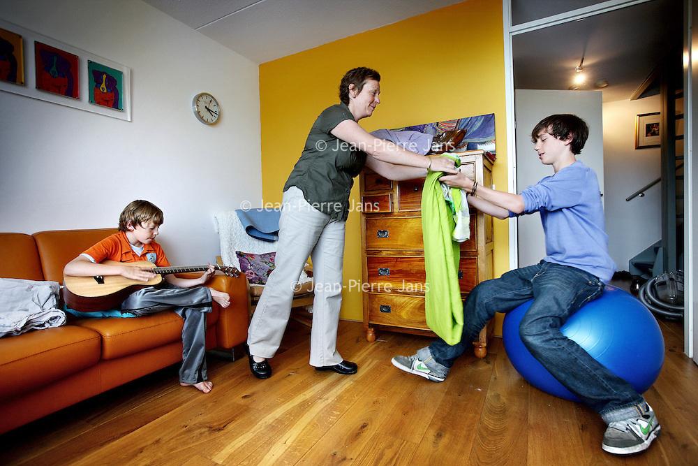 Nederland, Amsterdam , 16 juli 2010..De lesbische moeder Magda en haar kinderen David en Sam thuis in Watergraafsmeer..A lesbian mother with her children