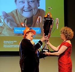 18-05-2010 ALGEMEEN: AFSCHEID ERICA TERPSTRA: ARNHEM<br /> Koningin van de Sport neemt afscheid als voorzitter van NOC*NSF en zat haar laatste algemene ledenvergadering voor / Erica Terpstra krijgt de trofee beste sportmoeder van Brigitte Kaandorp<br /> ©2010-WWW.FOTOHOOGENDOORN.NL