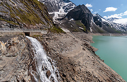 THEMENBILD - Wasserfall in den Mooserboden Stausee aufgenommen am 15. Juni 2017, Kaprun, Österreich // Waterfall into the Mooserboden reservoir on 2017/06/15, Kaprun, Austria. EXPA Pictures © 2017, PhotoCredit: EXPA/ JFK