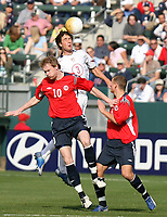 Fotball , 29 januar 2005, USA - Norge , Todd Dunivant (USA, Mitte) gegen Ole Martin Årst (li.) und Henning Hauger (beide Norwegen) -