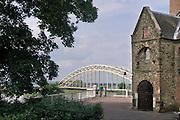 Nederland, Nijmegen, 11-6-2016 Mensen genieten van de zon, en het uitzicht op de waal en de waalbrug vanaf het valkhof, valkhofpark . Het is een stadspark met de resten van de burcht, palz, van Karel de Grote . Rechts de ingang van de Karolingische kapel deel uitmakend van de verdwenen palzFoto: Flip Franssen