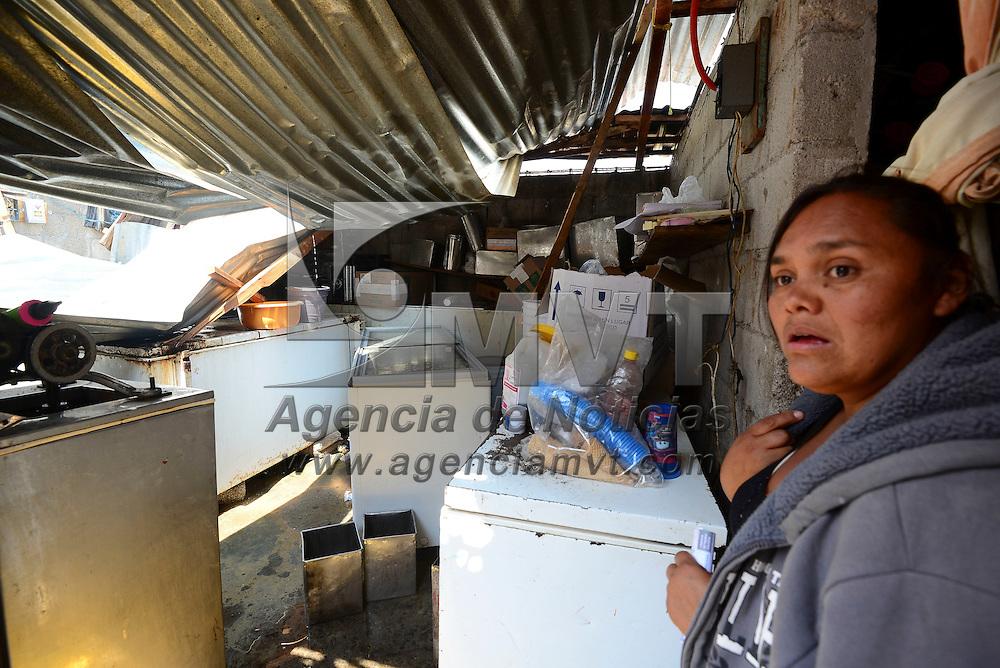 Tenancingo, México (Abril 19, 2016).- Alrededor de 20 casas y comercios resultaron afectados al registrarse una fuerte granizada la tarde del miércoles en la colonia el Salitre, en Tenancingo, en algunos casos las viviendas se quedaron sin techo, las familias continuaban con la limpieza de sus casas.  Agencia MVT / Crisanta Espinosa
