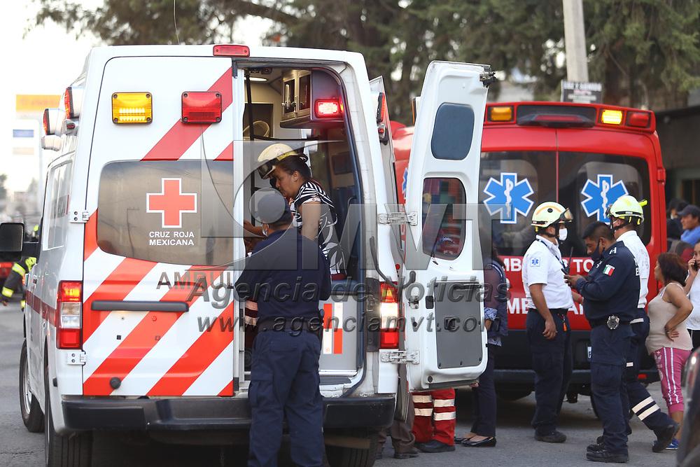 Toluca, México.- Bomberos sofocaron el incendio de un pipa de gas registrado esta tarde en la calle Manuel Buendía, en San Pablo Autopan. Agencia MVT / Ramsés Mercado