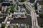 Nederland, Amsterdam, Centrum, 25-05-2010. Binnenstad met aan de Amstel het Amstelhotel. rechts de Mauritskade. De brug over de Binenamstel, de Hogesluis, wordt gerenovverd, er ligt een noodbrug..Overview of the city, the river Amstel..luchtfoto (toeslag), aerial photo (additional fee required).foto/photo Siebe Swart