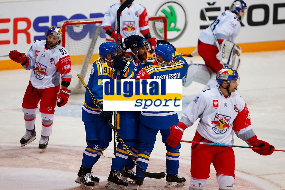 BILDET KAN KUN BRUKES I REDAKSJONELL SAMMENHENG<br /> <br /> BILDET INNGÅR IKEK I FASTAVTALER. ALL NEDLASTING BLIR FAKTURERT.<br /> <br /> Ishockey<br /> 06.10.2015<br /> Foto: Gepa/Digitalsport<br /> NORWAY ONLY<br /> <br /> HAMAR,NORWAY,06.OCT.15 - ICE HOCKEY - CHL, Champions Hockey League, play off, Storhamar Hockey vs EC Red Bull Salzburg. Image shows the rejoicing of Mikael Zettergren, Jimmy Andersson and Hampus Gustafsson (Storhamar).