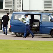 92ste verjaardag Pr. Bernhard Sr., bloemen worden door de marechaussee het paleis binnen gebracht