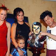 Onthulling wassen beeld Herman Brood, dochter Lola, Holly en Xandra Brood