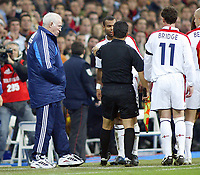 Fotball<br /> Privatlandskamp<br /> Spania v England<br /> 17. november 2004<br /> Foto: Digitalsport<br /> NORWAY ONLY<br /> The linesman Georgios Trapaniz holds England's Ashley Cole away from Spain coach Luis Aragones after he pushed the coach back.