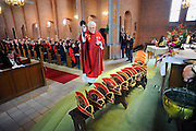 Nederland, Winssen, 6-2-2010Pastoor van Winssen zegent de nieuwe steken van de senaatsleden van carnavalsvereniging de Dorsvlegels tijdens een extra carnavalsmis.Ze waren aan vervanging toe.Foto: Flip Franssen/Hollandse Hoogte